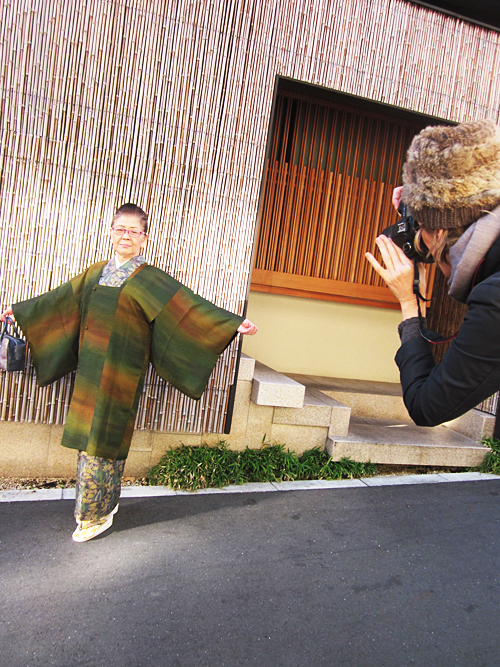 mum taking a photo of a kimono lady in Tokyo
